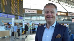 Marcus Rantala poserar i Terminal 2 på Helsingfors-Vanda flygplats.