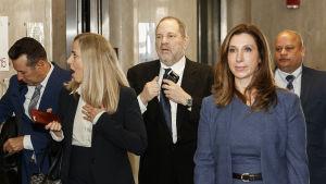 Harvey Weinstein omgiven av både manliga och kvinnliga försvarsadvokter i januari i New York
