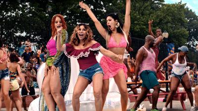 Cuba (Dascha Polanco),  Daniela (Daphne Rubin-Vega) och Carla (Stephanie Beatriz) dansar i en park, omringade av en massa andra dansare.