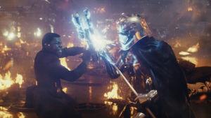Finn (John Boyega) slåss mot Captain Phasma.