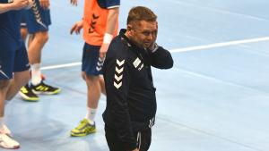 Kaj Kekki såg bekymrad ut under Finlands ödesdigra träningspass.