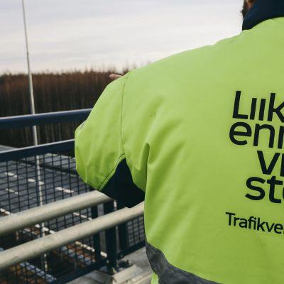 Trafikverkets anställda på bro som år över väg.