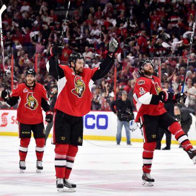 Ottawa-spelare firar seger mot Pittsburgh.