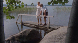 Alvar och Elissa Aalto stående på en bro.