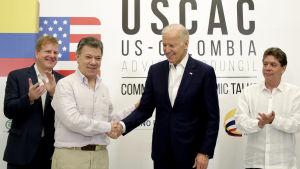 Joe Biden har lång och gedigen erfarenhet av Latinamerika både som senator och vicepresident. Här undertecknar han ett samarbetsavtal med Colombia år 2016.