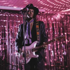 Isaac Sene soittaa kitaraa lavalla