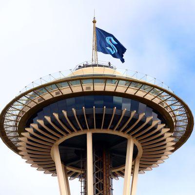 En flagga med Seattle Krakens logo i utsiktstornet i Seattle.