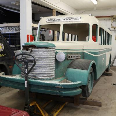 Leikkibussi on säilössä Jyrkilä Oy:n autotallissa Kotkan Aittakorvessa.