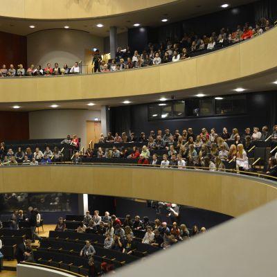 Yleisö istuu paikoillaan Lahden Sibeliustalon salissa.