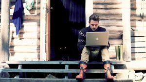 Mannen med en bärbara dator