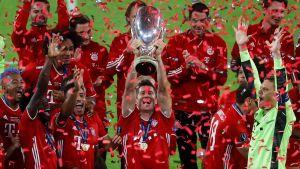 Robert Lewandowski lyfter Super Cup pokalen