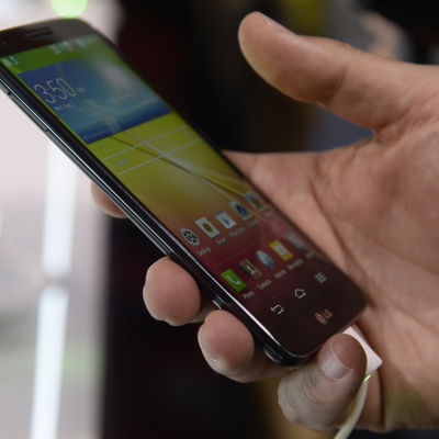 Bild på en hand som håller i en smarttelefon.