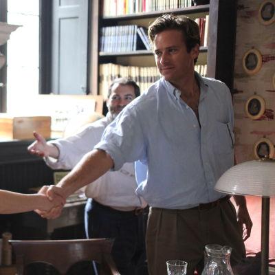 Elio (Timothée Chalamet) och Oliver (Armie Hammer) hälsar på varandra.