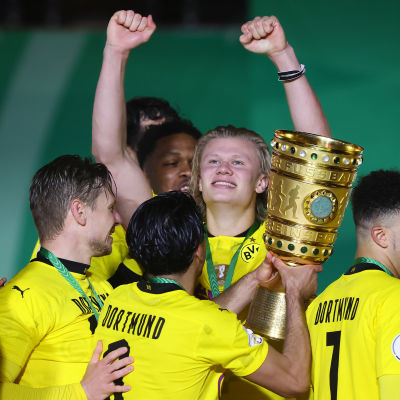 Erling Haaland ja Dortmund juhlivat cup-pokaalia
