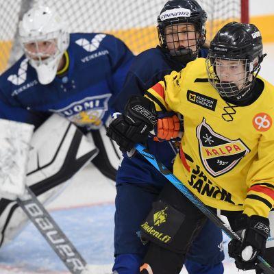 För ett par veckor sedan träningsspelade hockeydamerna i Vierumäki mot KalPas U16-pojkar.