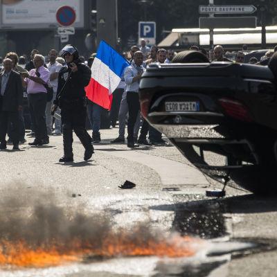 Demonstration i Paris mot taxinätverket Uber.