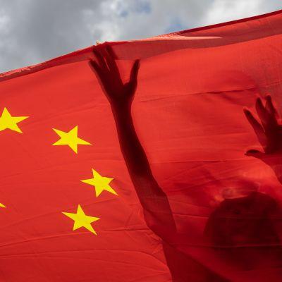 Keskushallinnon toimille myönteiset mielenosoittajat kannattelivat Kiinan lippua Hongkongissa 30. kesäkuuta 2020.