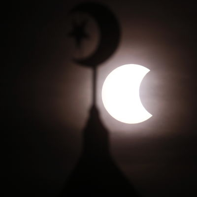 Partiell solförmörkelse syns bakom minaret i Filippinernas huvudstad Manila den 15 januari 2010.