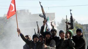 Pro-turkiska syriska rebeller har samlats vid gränsen redo att angripa kurder i Afrin