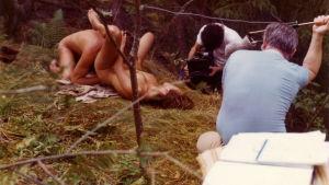 Joe Sarno pitelee mikrofonia seksielokuvan Laura's Toys kuvauksissa