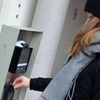 En dörr som låses upp med passerkort.