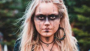 Ung kvinna i ockult utstyrsel