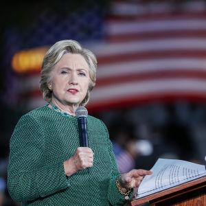 Demokraternas presidentkandidat Hillary Clinton och hennes medarbetare anklagar Comey för lagbrott och dubbelmoral
