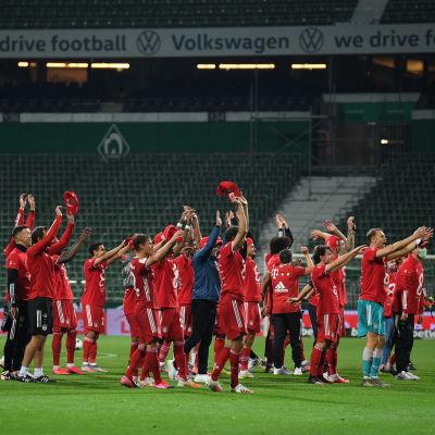 Bayern Münchens spelare jublar efter åttonde titeln i svit.