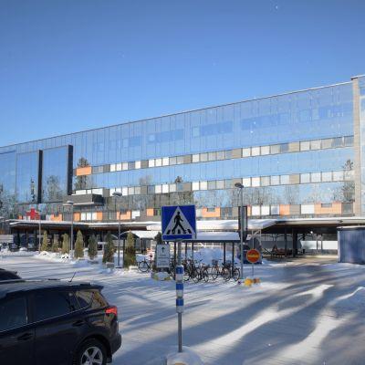 Vasa centralsjukhus med ingången till akuten längst bort.