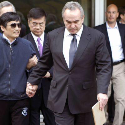 Chen Guangcheng tillsammans med amerikanska tjänstemän 01.05.12