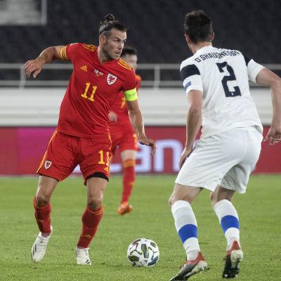 Gareth Bale med bollen i en landskamp mot Finland.