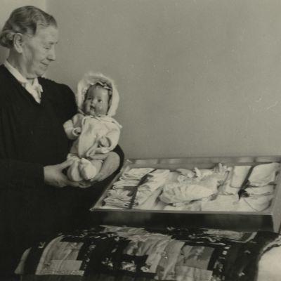 Miina Sillanpää visar upp barnprylar.
