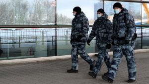 Militär utanför Vukovo flygplats i Moskva.