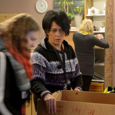 Kolmen naista pakkaamassa koirantarvikkeita.