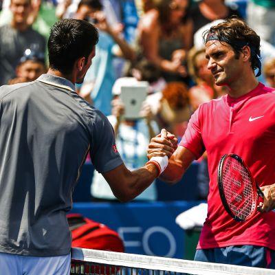 Djokovic onnittelee Federeriä (Elokuu 2015)