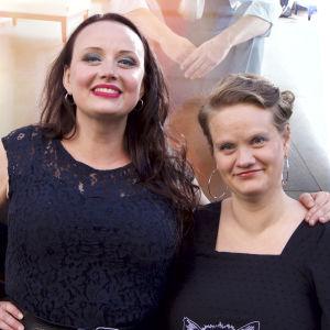 Q-bokens författare, Maria Säkö och Eeva Kemppi.
