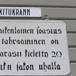 Kitukränn-kadun kyltti Vanhassa Raumassa.