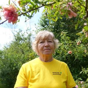 Inger Kullberg i sin trädgård.