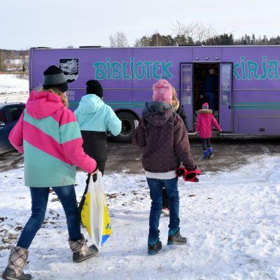 Barn springer mot Sibbos bokbuss.