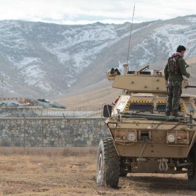 Afghanska säkerhetsstyrkor fotograferade på söndagen strax utanför den bas i Ghazni som utsattes för självmordsattentatet.