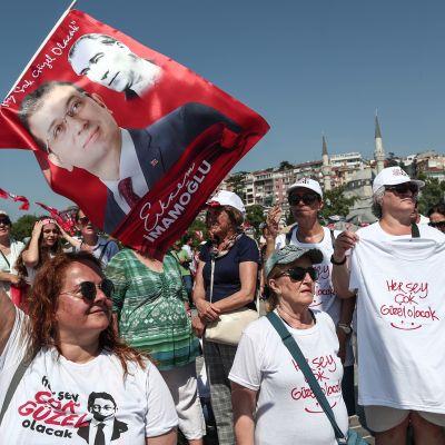 Anhängare till oppositionskandidaten İmamoğlu under hans sista valmöte i Istanbul på lördagen.