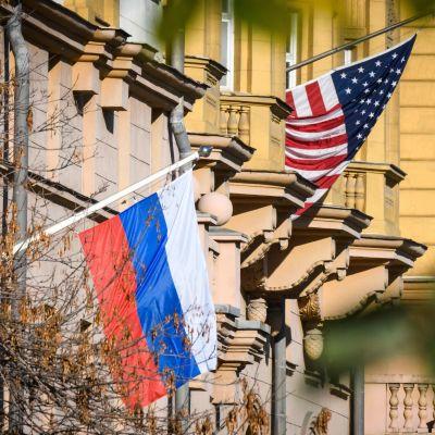 Rysslands och USA:s flaggor i Moskva