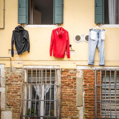 Kläder som hänger på en vägg och torkar.
