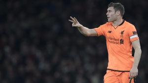 Liverpoolspelaren James Milner gestikulerar under match.