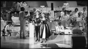 Norjan vuoden 1985 euroviisuedustaja, Bobbysocks!, eli Hanne Krogh ja Elisabeth Andreassen, lavalla, taustalla orkesteri.