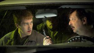 Jussi Vatanen ja Seppo Halttunen keskustelevat auton penkillä pimeässä.