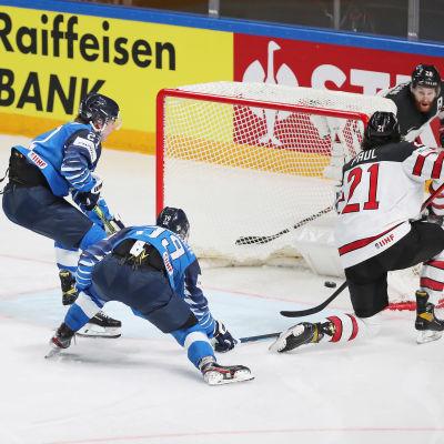 Suomen pelaajat eivät onnistuneet estämään Kanadan Nick Paulia. Hän laittoi kiekon maaliin.