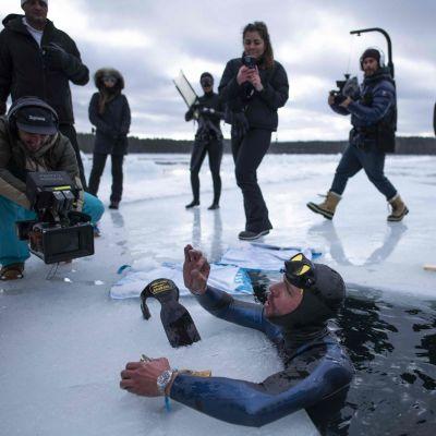 Fransmannen Arthur Guerin-Boeri efter att ha dykt 120 meter under is.