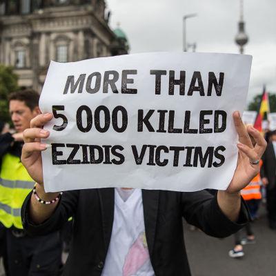 Demonstration i Tyskland till minne av terrorgruppen IS:s  folkmord på jezidierna i Irak 2014.