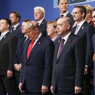Nato-maiden johtajat ryhmäkuvassa.
